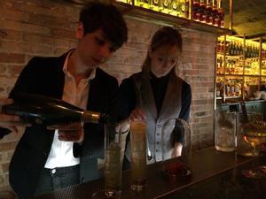 Las 'bartenders' de Antigua Compañía de las Indias, Adriana Chía y Anna Vilanova, en acción.