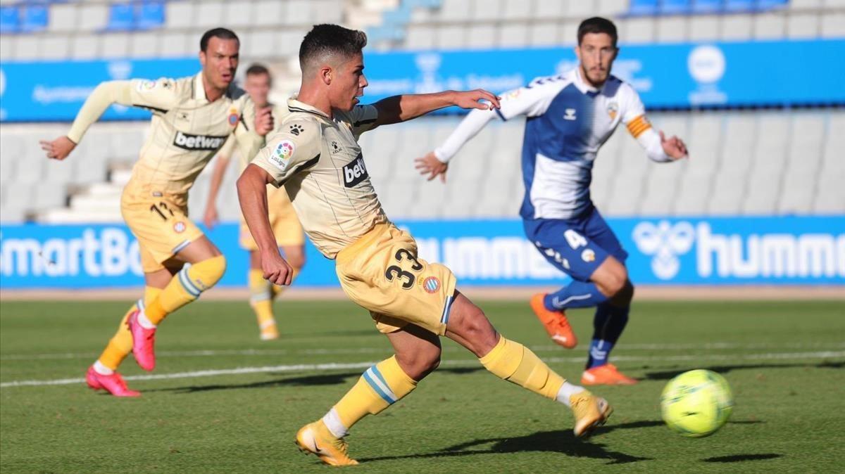 Nico Melamed dispara para marcar el gol de la victoria del Espanyol en Sabadell.
