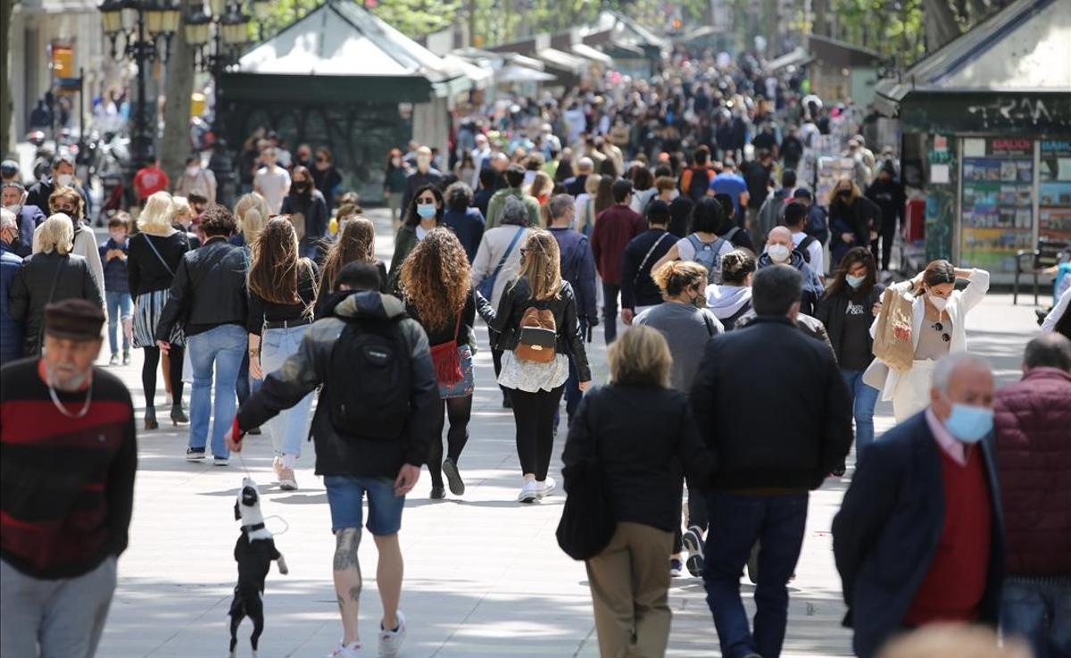 La Rambla, a la altura de Canaletes, llena de gente paseando.