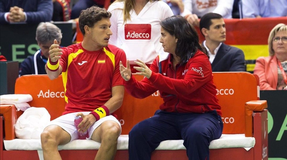 Pablo Carreño recibe instrucciones de la capitana, Conchita Martínez.