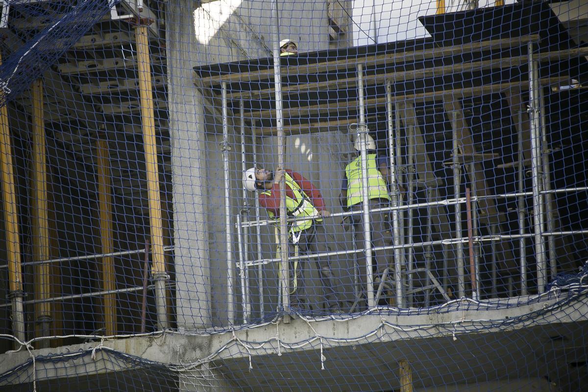Trabajadores en la construcción de un edificio en el 22@ en Barcelona.