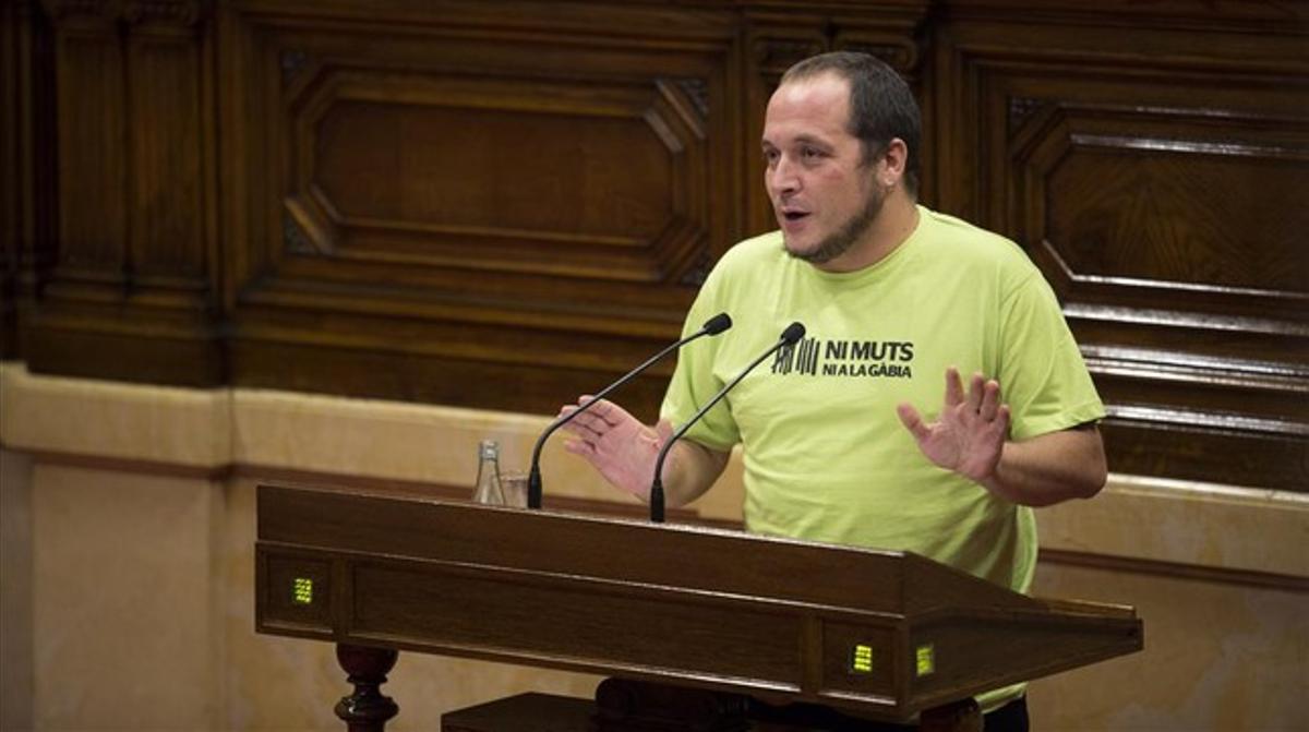 David Fernàndez, con una camiseta con el lema 'Ni muts ni a la gàbia', en el pleno del Parlament del 2 de octubre del 2014.