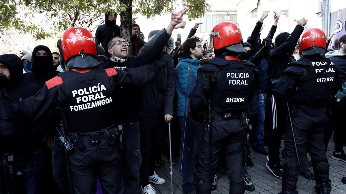 Efectivos de la Policía foral, frente a unos manifestantes en contra del mitinen Alsasua.