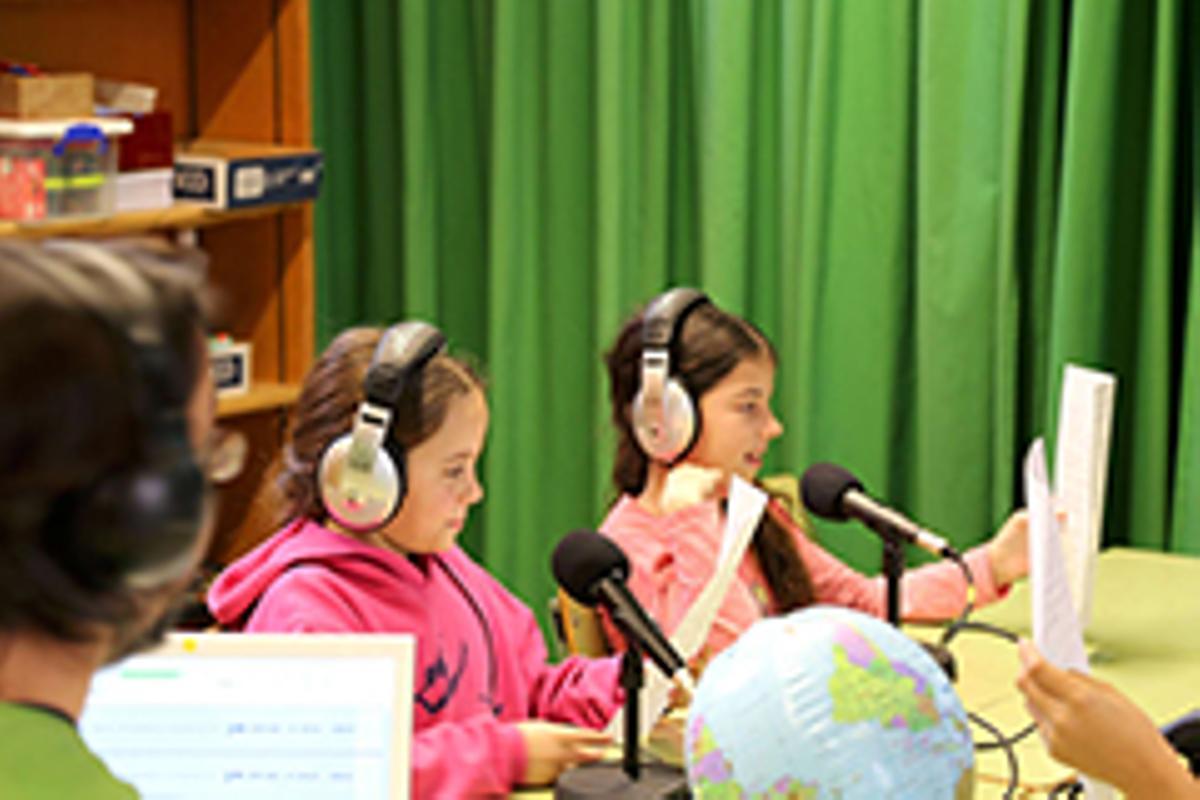 Actividad de cuento radiofónico en la Escola Gras i Soler