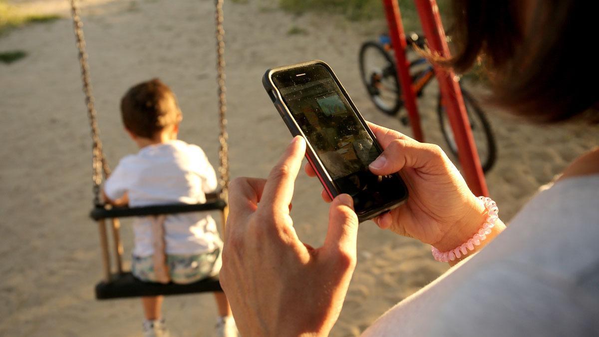 Los expertos alertan a los padres del riesgo que supone el abuso del móvil delante de los niños, que en el futuro imitarán su conducta.