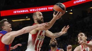 El base griego del Olympiacos Vassilis Spanoulis entra a canasta durante la semifinal de la 'final four' de la Euroliga contra el CSKA.