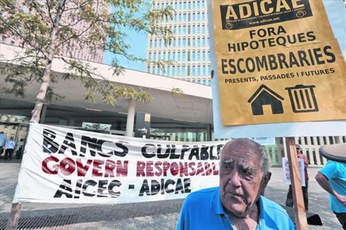 Afectados de las hipotecas con cláusula suelo se manifiestaron en la Ciudad de la Justicia, en julio del 2013.