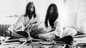 John Lennon y Yoko Ono, retratados en la 'suite' de un hotel de Montrea (Canadá), a finales de los años 70.