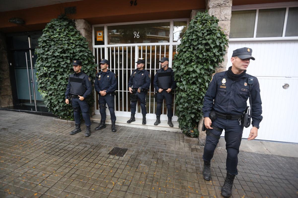 Agentes de la Policía Nacional ante la casa de Jordi Pujol Soley, en General Mitre.