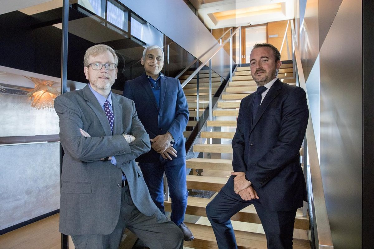 Greg Bell (responsable ciberseguridad KPMG internacional), Akhilesh Tuteja (responsable ciberseguridad de KPMG en la India) y Sergi Gil (responsable ciberseguridad de KPMG en Barcelona).