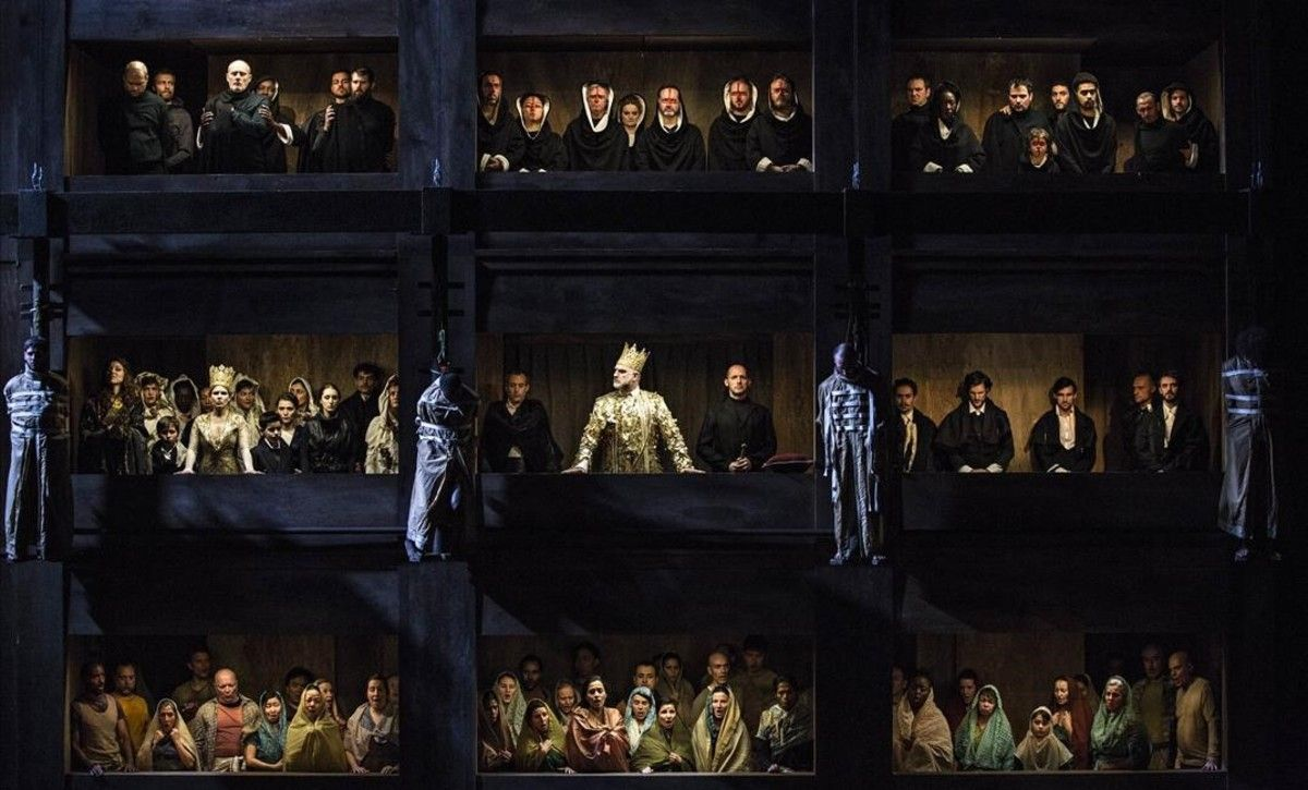 Escena del auto de fe de la ópera'Don Carlos', de Giuseppe Verdi,en la versión original francesa, en una producción de la Ópera de Lyon.