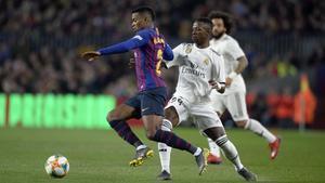 Semedo, que brilló en el Barça-Madrid del 1-1, supera a Vinicius en la banda.
