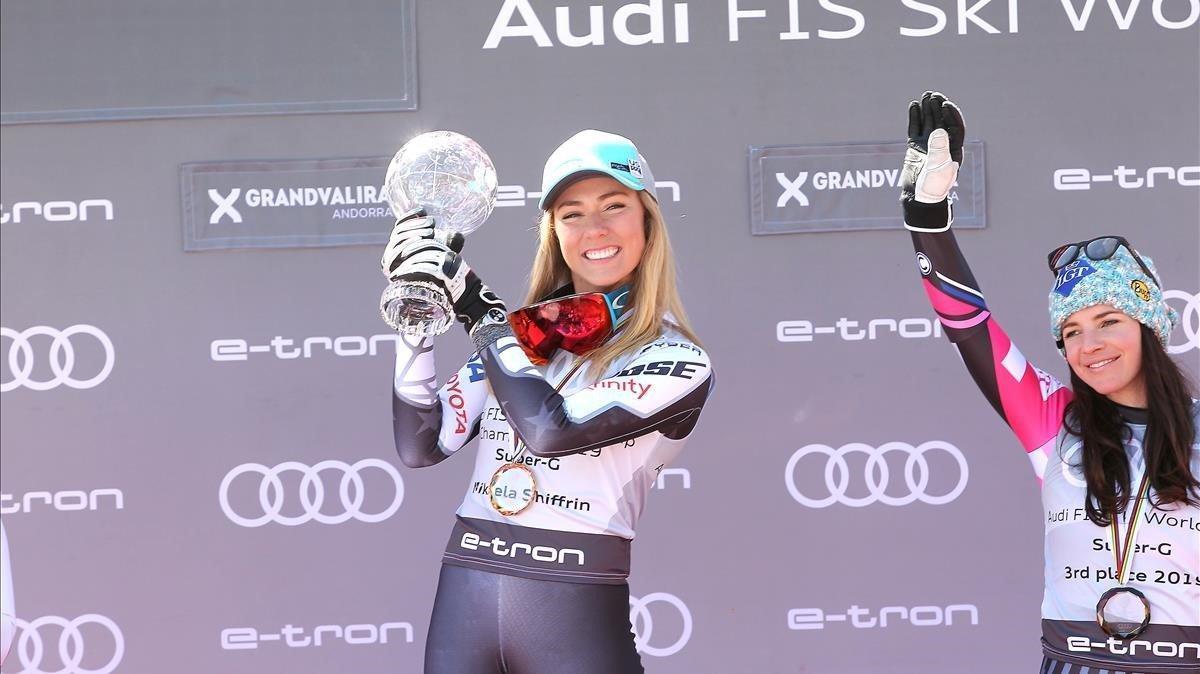 Mikaela Shiffrin (EEUU) celebra su globo de cristal en supergigante.