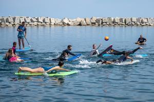 Partido de surf polo en la plataforma marina del Fòrum.