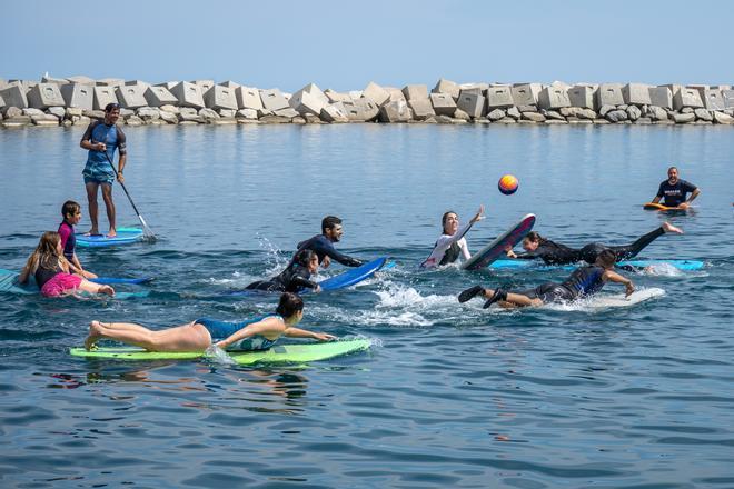 Surferos que meten goles en Barcelona: esto es surf polo