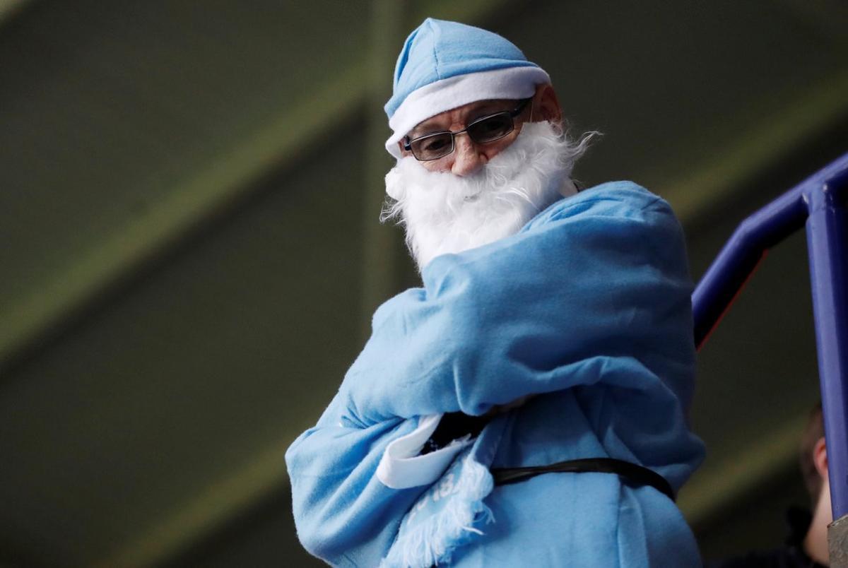 Un aficionado de la Premier League ataviado con un disfraz de Santa Claus en el Boxing Day.