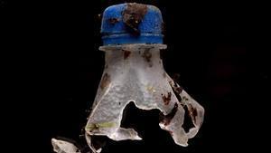 Botella de plástico en descomposición, fotografiada en el marco del proyecto de concienciación sobre microplásticos
