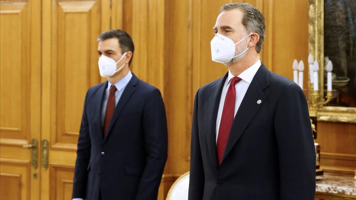 Pedro Sanchez  y el rey Felipe VI, el pasado 27 de enero, durante la toma de posesion de Carolina Darias como ministra de Sanidad .