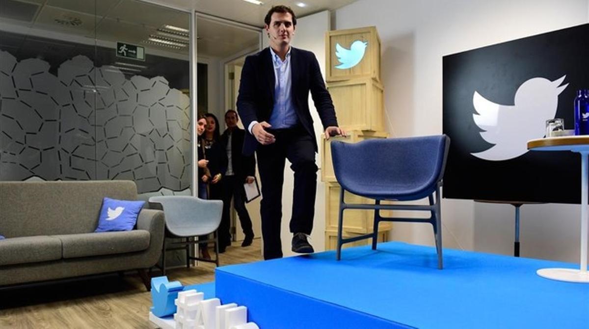 El líder de Ciudadanos, Albert Rivera llega para presentar una nueva herramienta de Twitter llamada Twitter QA en Madrid.