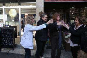 Personas festejando un premio de la Lotería de Navidad.