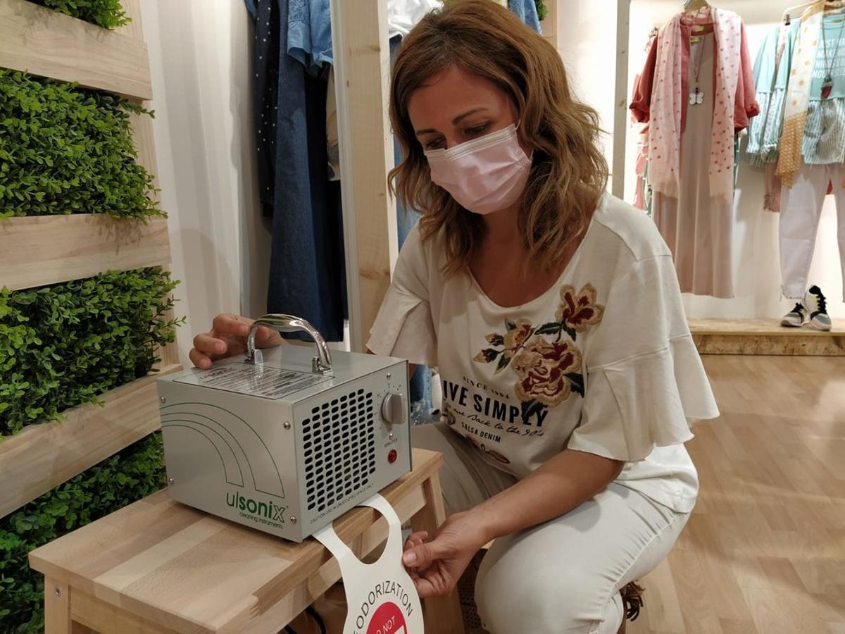 Una trabajadora de MoolBerry sigue el protocolo de higiene en la reapertura de las primeras tiendas de la marca.