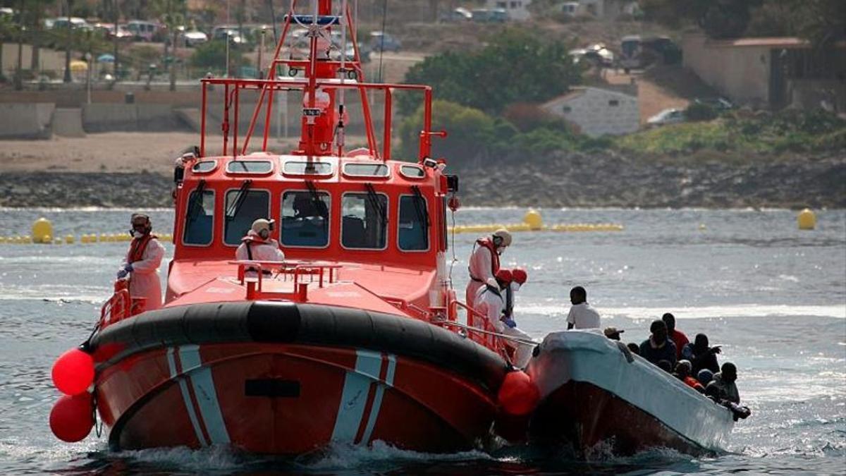 Una embarcación con medio centenar de personas a bordo llega a El Hierro