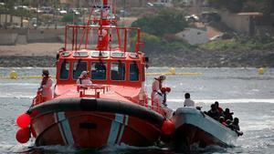 Cuatro fallecidos en un cayuco que llegó a una playa de Tenerife