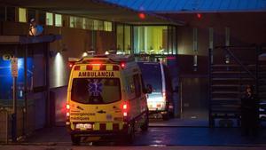 La ambulancia que el lunes por la tarde trasladóa Millet y Montull entra en la prisión de Brians.