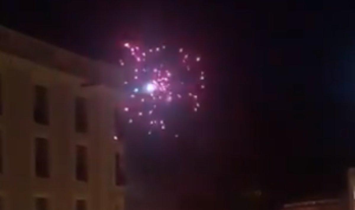 Cohete lanzado por los manifestantes contra el helicóptero de los Mossos.