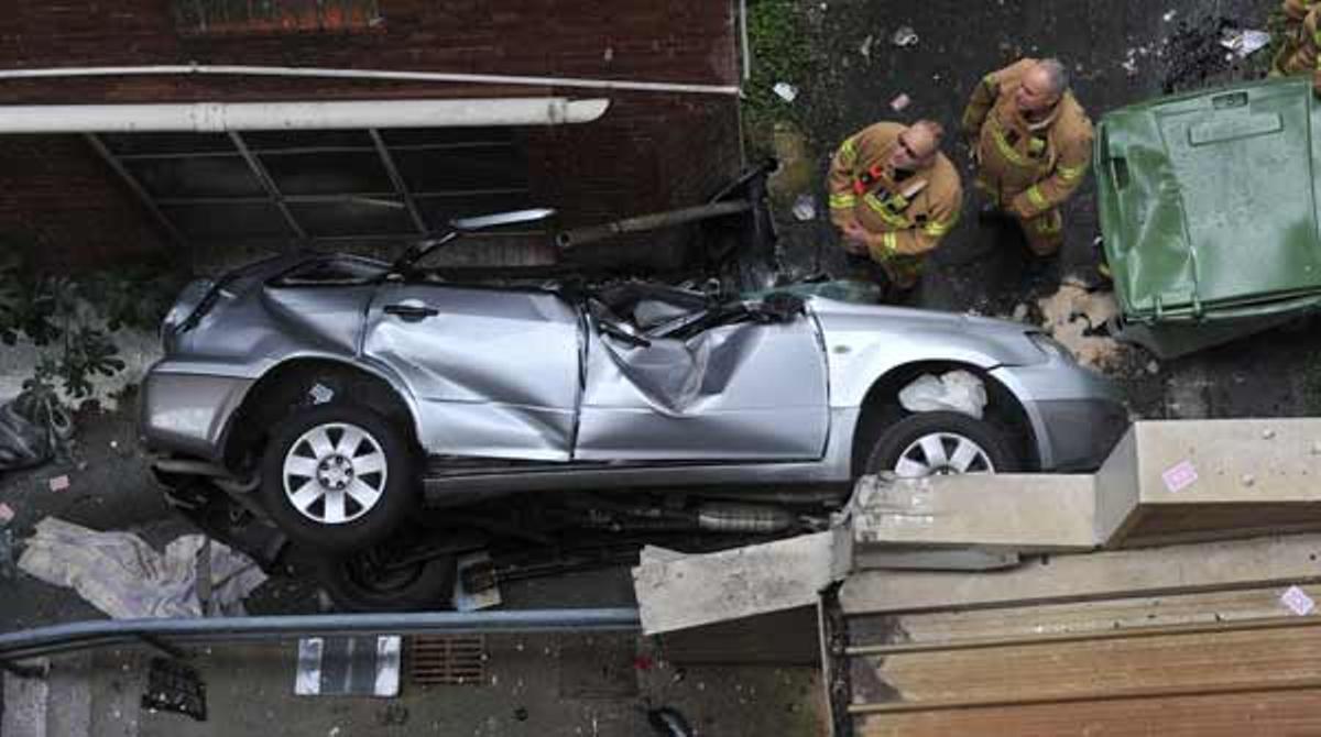 Sobrevive tras caer con su coche desde la sexta planta de un parking.