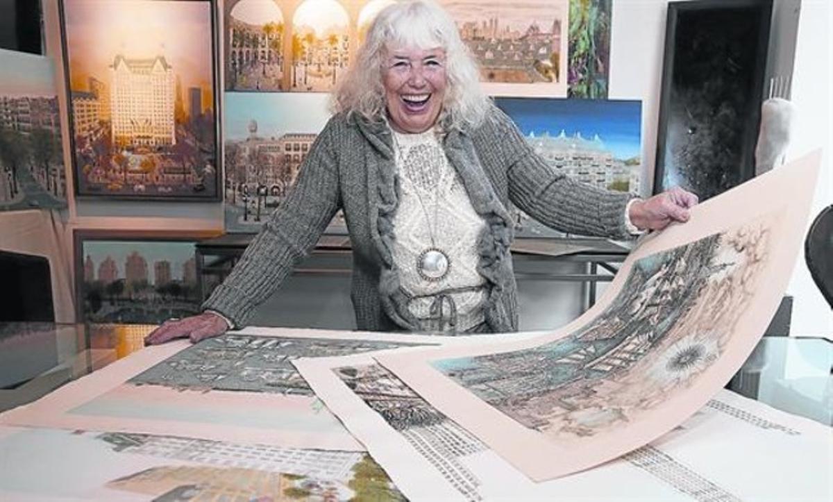 Cuca Romley, rodeada de sus cuadros en la galería Barcelona Design, esta semana.
