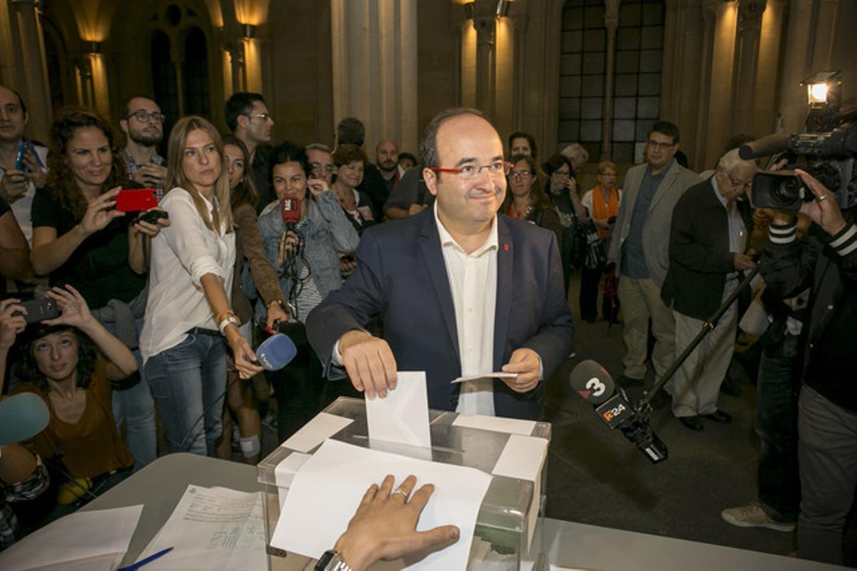 Miquel Iceta vota en el colegio electoral de la Universitat de Barcelona.