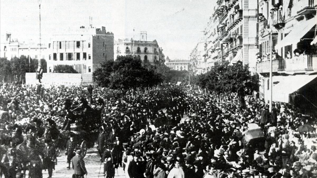 Imagen de la multitud que siguió el entierro de Jacint Verdaguer, en la plaza de Catalunya.