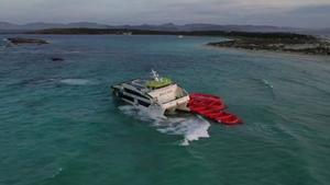 Imagen del ferry de Baleària accidentado entre Ibiza y Formentera al chocar con un islote.