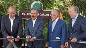 Juan Carlos, con el presidente dominicano Danilo Medina (con bigote) y los hermanos Alfie y Pepe Fanjul, en la inauguración de la avenida que lleva su nombre en el lujoso complejo Casa de Campo, en mayo del 2015.