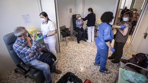 Vacunación contra el covid con la vacuna de AstraZeneca en el CAP Casernes de Barcelona.