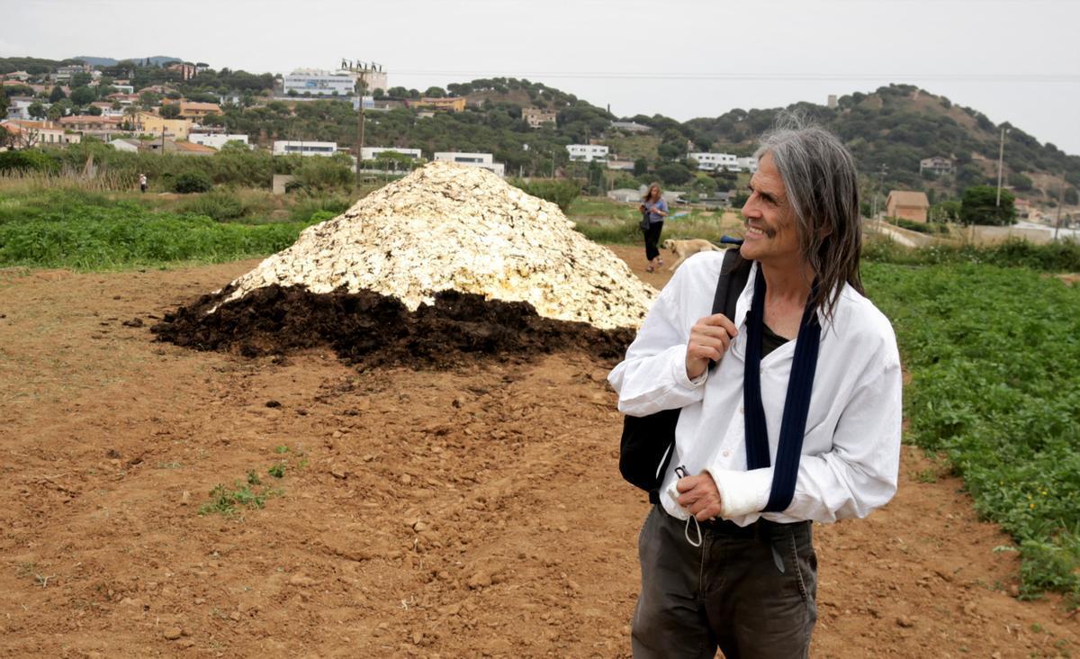 El artista Perejaume ante el 'Femer', a las Cinc Sènies de Mataró.