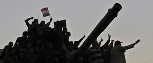 Un grupo de manifestantes encima de un tanque en la plaza Tahrir, en el centro del Cairo, durante la revuelta popular.
