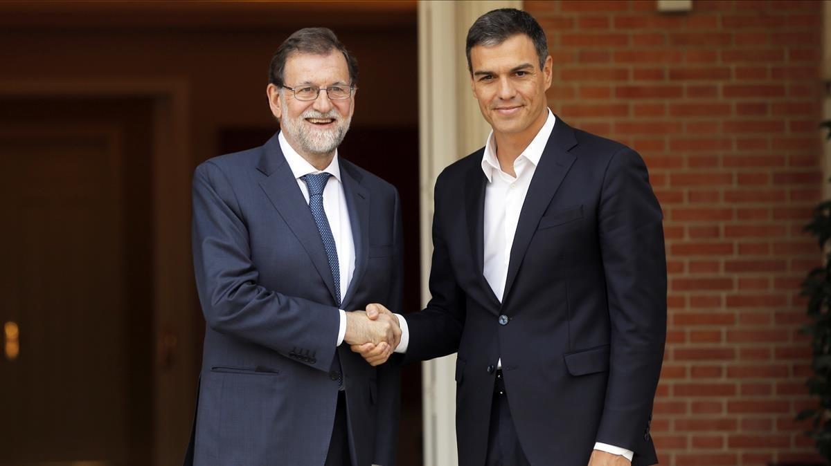 El presidente del Gobierno, Mariano Rajoy y el líder del PSOE, Pedro Sánchez, en la Moncloa.