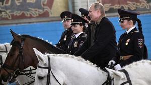 El presidente de Rusia, Vladímir Putin, sobre un caballo junto a agentes de policía de la unidad montada de Moscú, el 7 de marzo del 2019.