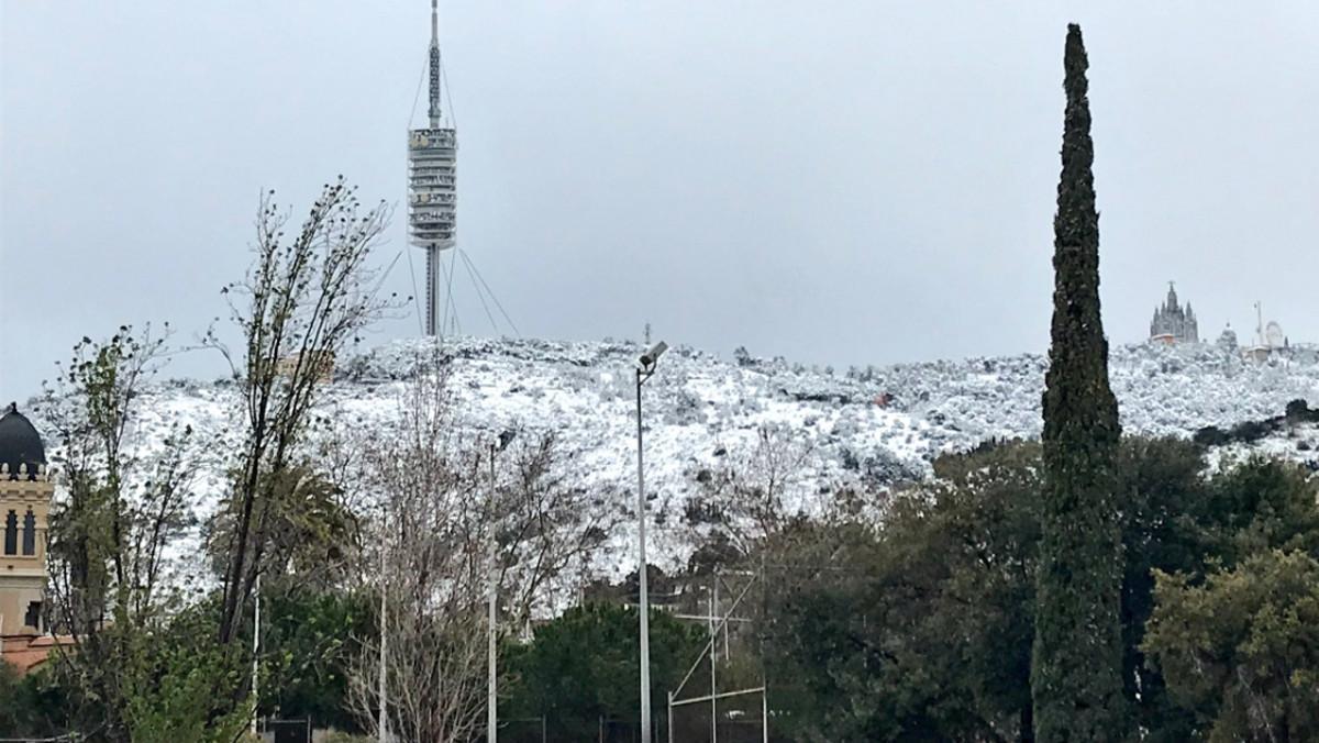 La muntanya del Tibidabo ha aparegut emblanquinada.