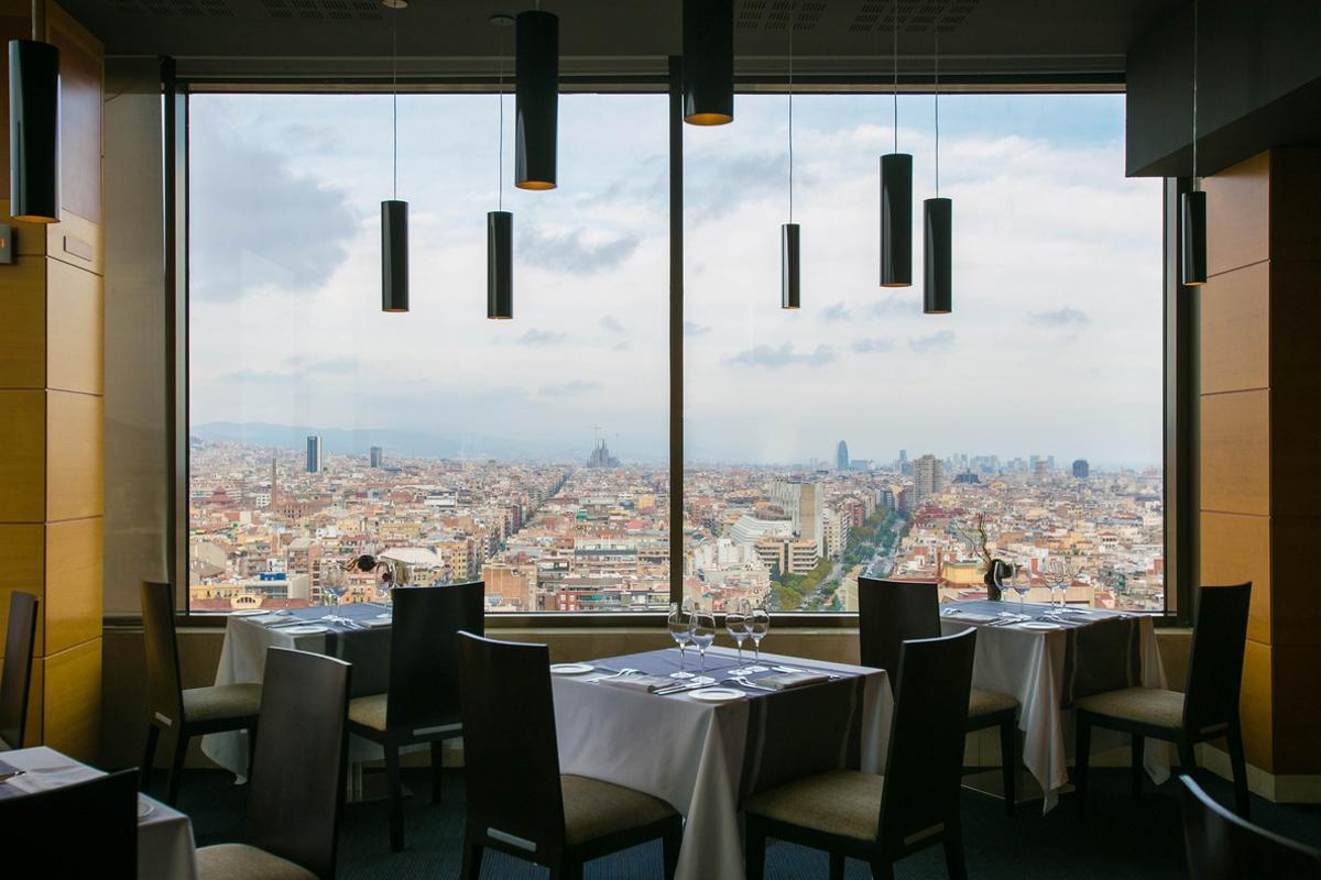 Panorámica de Barcelona desde el restaurante Visual, ubicado en la planta 23ª del hotel Torre Catalunya.