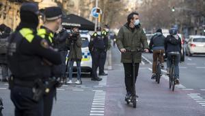 La Guardia Urbana, en el cruce de las calles de Diputació y Urgell, en los primeros días de la campaña de control de los usuarios de patinetes.