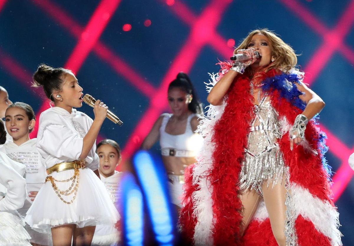 Jennifer Lopez y su hija, Emme, durante su actuación en la Super Bowl.