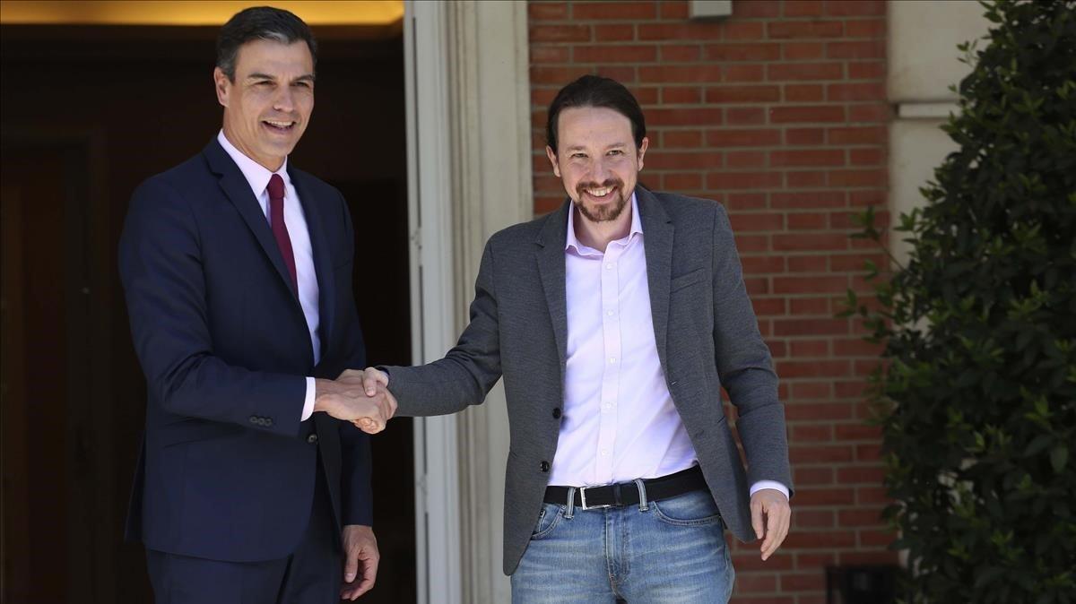 Pedro Sánchez recibe a Pablo Iglesias en el palacio de la Moncloa en la primera ronda negociadora, el 5 de mayo.
