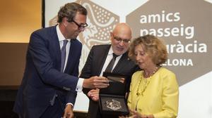 Sans y Baiget entregan el premio de Amics del Passeig de Gràciaa Mariona Carulla en el Hotel Casa Fuster.