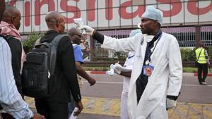 Un trabajador sanitario toma la temperatura en el aeropuerto del Congo para controlar el brote de Ébola en una imagen de archivo.