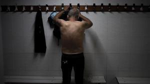 Una de las personas sin hogar que se ducha en Sant Pau, en septiembre.