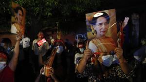 Seguidores de la líder bimana Aung San Suu Kyi celebran la victoria en Rangun.