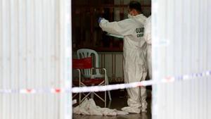 El equipo de criminalistica de la Guardia Civil analiza la casa donde ayer se cometio el parricidio
